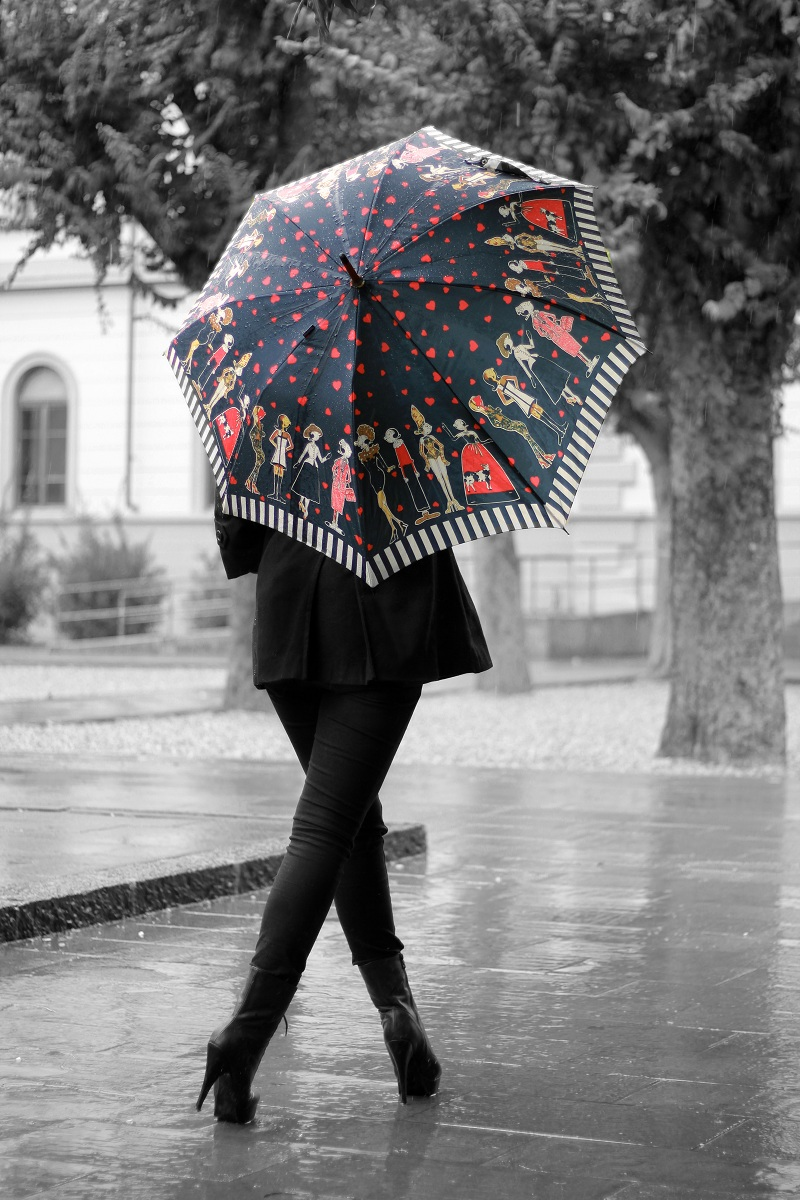 Not a totally grey day irene 39 s closet fashion blogger for Sotto la pioggia ombrelli