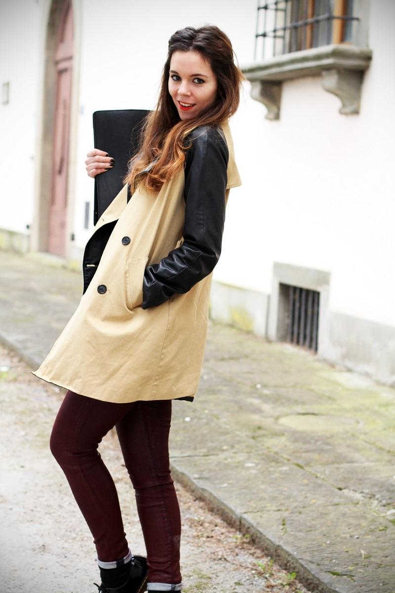 righe bianche nere maglione trench maniche pelle pantaloni rossi dr martens fashion blogger italia 2