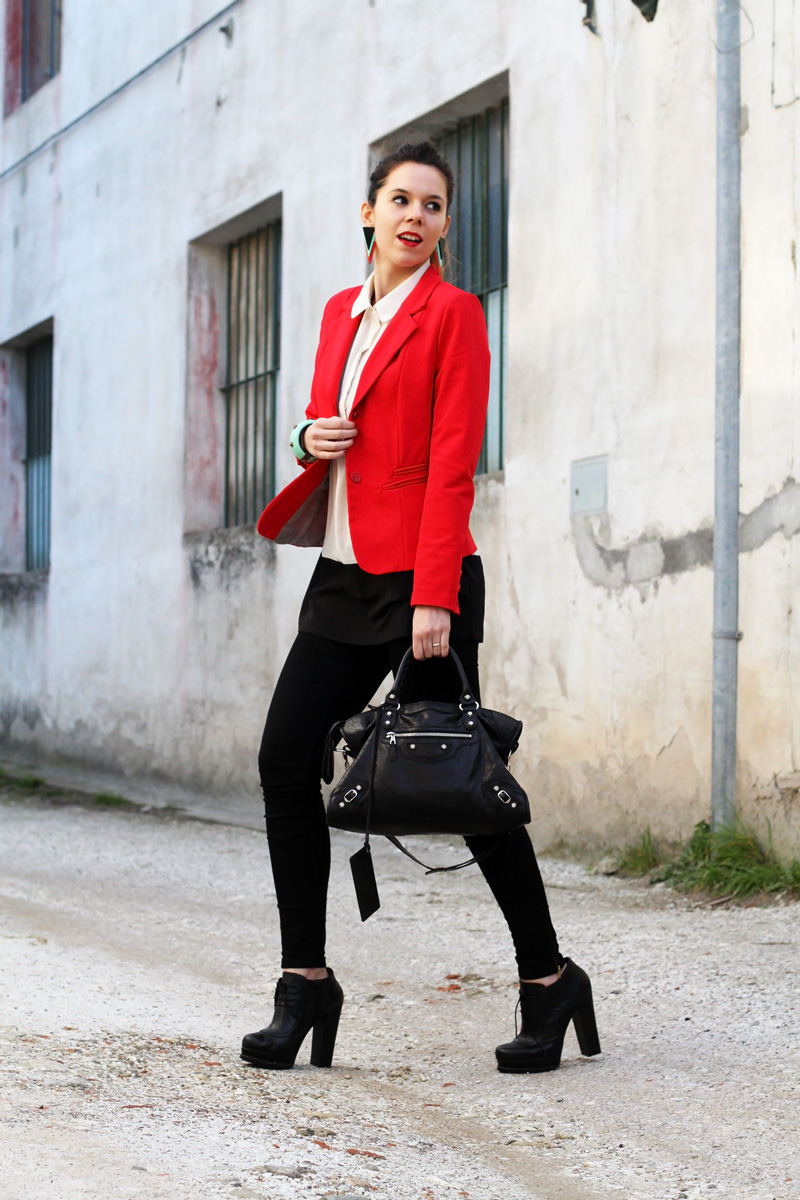 leggings push up | leggings push up calzedonia | giacca rossa | camicia bianca | tacchi alti | scarpe con tacco | stivaletti con tacco | orecchin geometrici | irene colzi | irene's closet | irene colzi | fashion blgo | fashion blogger | outfit | look 2