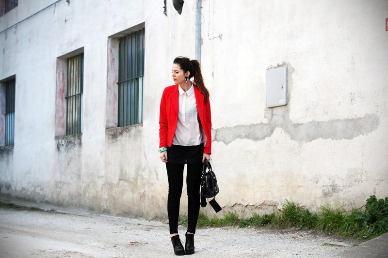 leggings push up | leggings push up calzedonia | giacca rossa | camicia bianca | tacchi alti | scarpe con tacco | stivaletti con tacco | orecchin geometrici | irene colzi | irene's closet | irene colzi | fashion blgo | fashion blogger | outfit | look 1