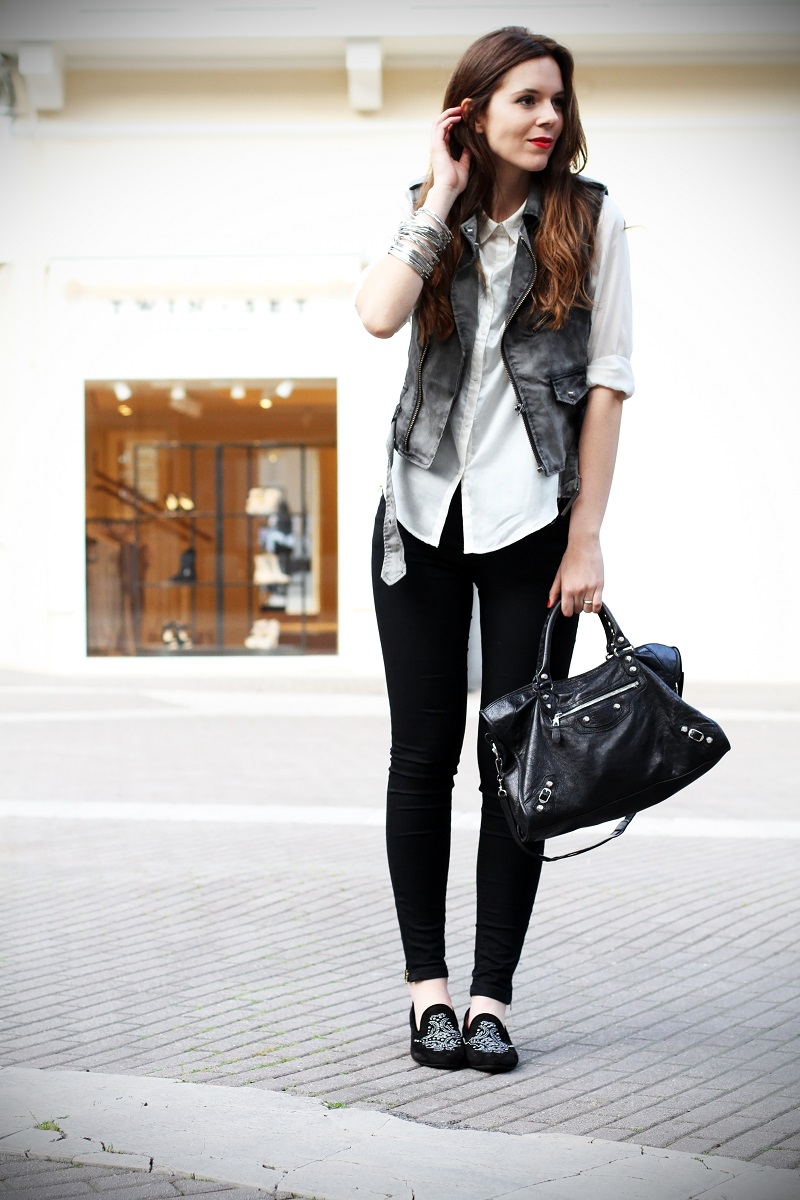 slippers | camicia bianca | gilet denim | pantaloni neri | leggings | skinny | fashion blogger | outfit | look | streetstyle