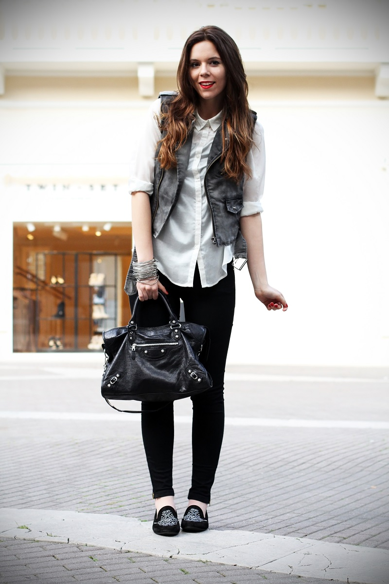slippers | camicia bianca | gilet denim | pantaloni neri | leggings | skinny | fashion blogger | outfit | look | streetstyle 4