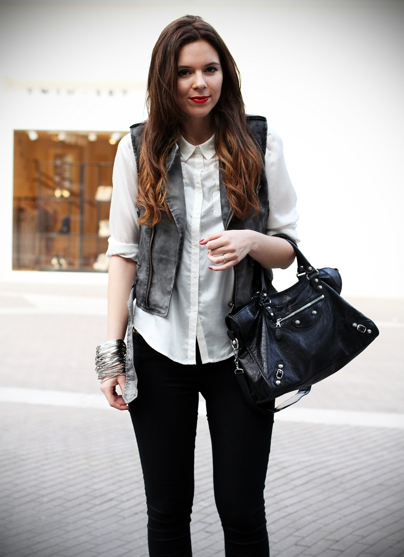 slippers | camicia bianca | gilet denim | pantaloni neri | leggings | skinny | fashion blogger | outfit | look | streetstyle 3