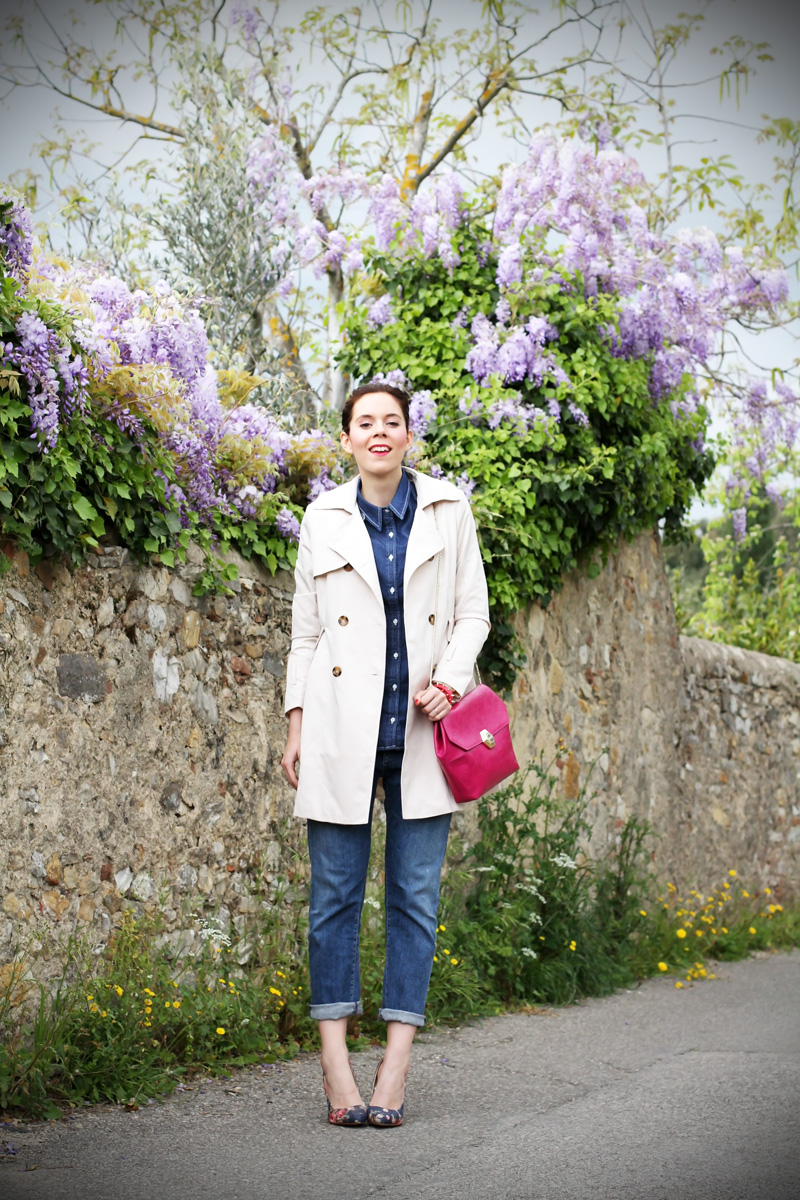 borsa fucsia | bulgari borsa | trench | jeans boyfriend | glicine | decollete denim | decollete jeans | decollete stampa floreale | camicia jeans | outfit | look | fashion blogger 1