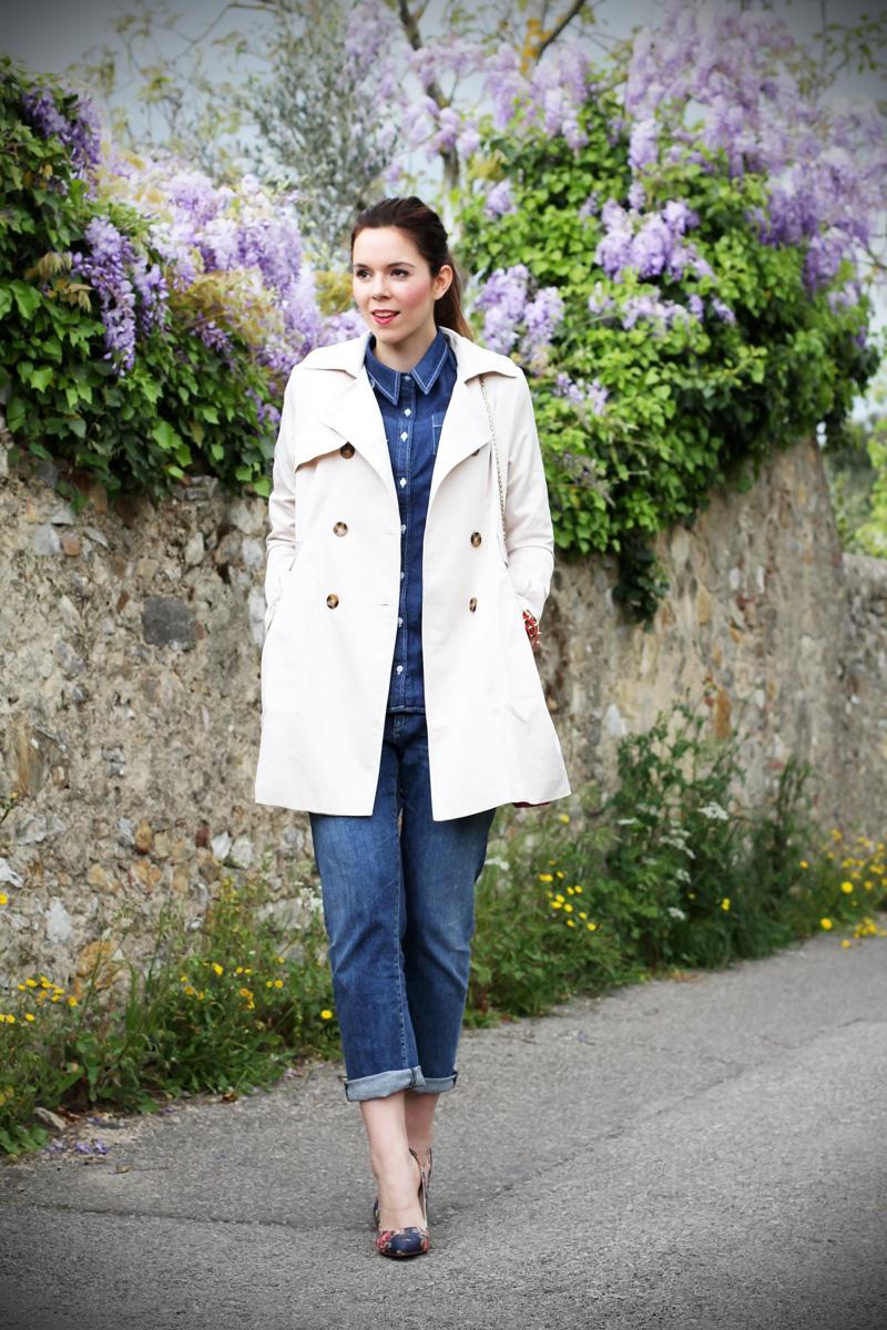 borsa fucsia | bulgari borsa | trench | jeans boyfriend | glicine | decollete denim | decollete jeans | decollete stampa floreale | camicia jeans | outfit | look | fashion blogger 1