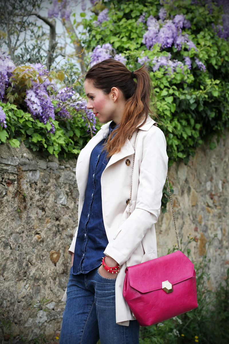 borsa fucsia | trench | jeans boyfriend | glicine | decollete denim | decollete jeans | decollete stampa floreale | camicia jeans | outfit | look | fashion blogger