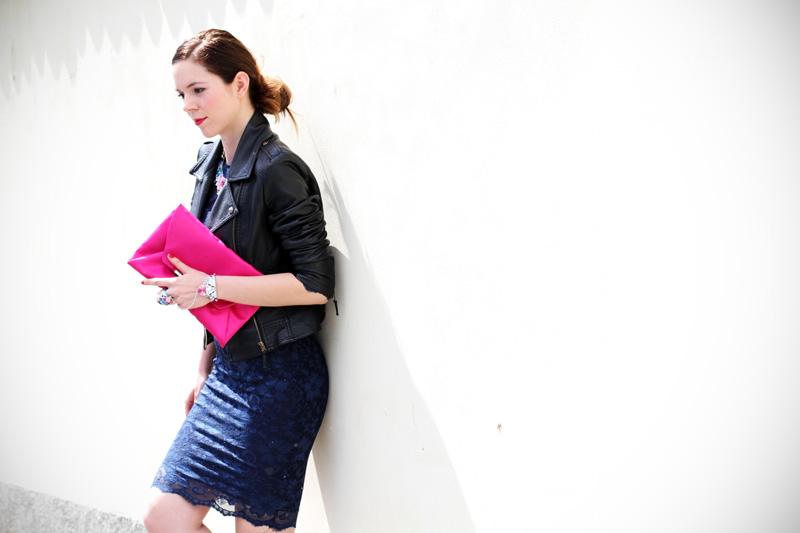 pochette fucsia | casual chic | outfit | look | streetstyle | look casual | outfit casual | giacca pelle | pochette rosa | capelli raccolti | acconciatura raccolta