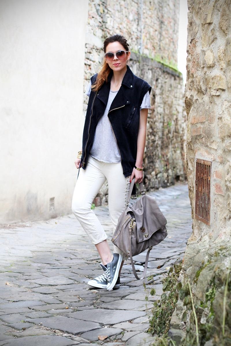 off duty | gilet di jeans | denim gilet | maglia a maniche corte | pantaloni con borchie | occhiali da sole Gucci | Gucci |  converse | la postina Zanellato | 1