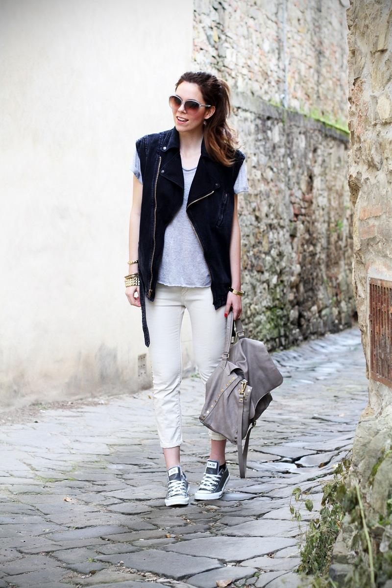 off duty | gilet di jeans | denim gilet | maglia a maniche corte | pantaloni con borchie | occhiali da sole Gucci | Gucci |  converse | la postina Zanellato |