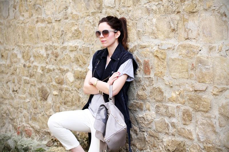 off duty | gilet di jeans | denim gilet | maglia a maniche corte | pantaloni con borchie | occhiali da sole Gucci | Gucci | la postina Zanellato