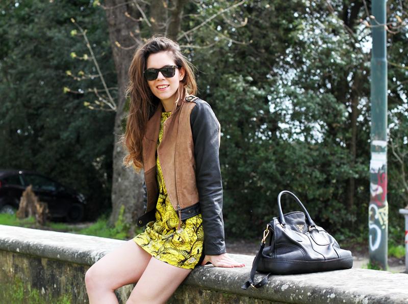 gambe perfette | giacca camoscio | maniche pelle | vestito giallo |occhiali da sole spektre | borsa prada | outfit | fashion blogger | irene colzi |