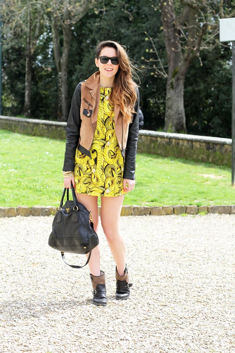 senza calze | giacca camoscio | maniche pelle | vestito giallo |occhiali da sole spektre | borsa prada | outfit | fashion blogger | irene colzi |