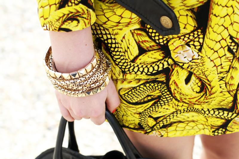dettagli fashion | fashion details | bracciali oro | braccialetti | vestito | vestito con stampa | rossetto rosso