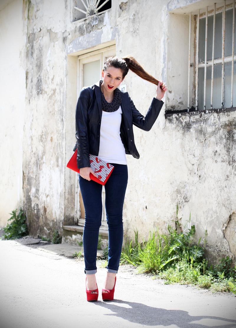 stile marinaro | fashion blogger | outfit | streetstyle | look | giacca pelle | chiodo pelle | collana corda | marinaretto | zeppe rosse | scarpe rosse | righe | borsa righe | pochette | jeans | denim (4)