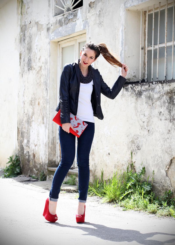 fashion blogger | outfit | streetstyle | look | giacca pelle | chiodo pelle | collana corda | marinaretto | marinaro | zeppe rosse | scarpe rosse | righe | borsa righe | pochette | jeans | denim (11)