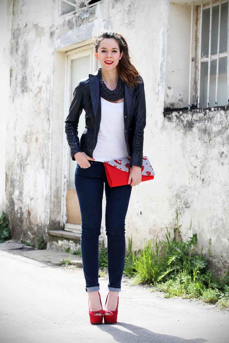 stile marinaro | fashion blogger | outfit | streetstyle | look | giacca pelle | chiodo pelle | collana corda | marinaretto | zeppe rosse | scarpe rosse | righe | borsa righe | pochette | jeans | denim (1)