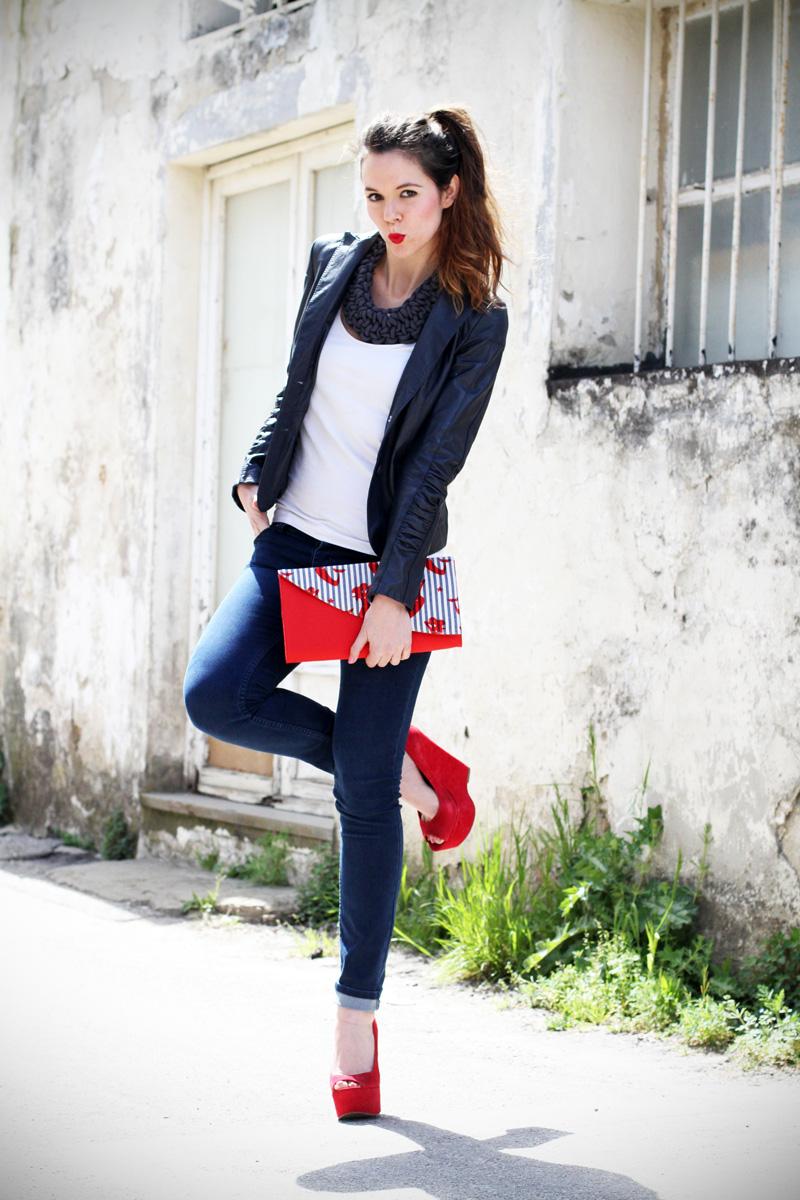 stile marinaro | fashion blogger | outfit | streetstyle | look | giacca pelle | chiodo pelle | collana corda | marinaretto | zeppe rosse | scarpe rosse | righe | borsa righe | pochette | jeans | denim (2)