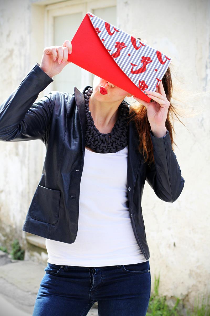 pochette righe | stile marinaro | fashion blogger | outfit | streetstyle | look | giacca pelle | chiodo pelle | collana corda | marinaretto | righe | borsa righe