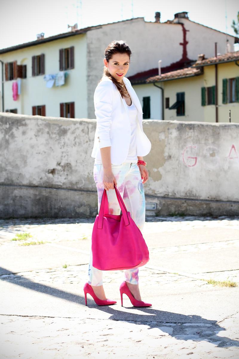pantaloni pastello | giacca bianca | borsa fucsia | decollete fucsia | scarpe fucsia | scarpe rosa | fashion blog | fashion blogger | salsa jeans 1