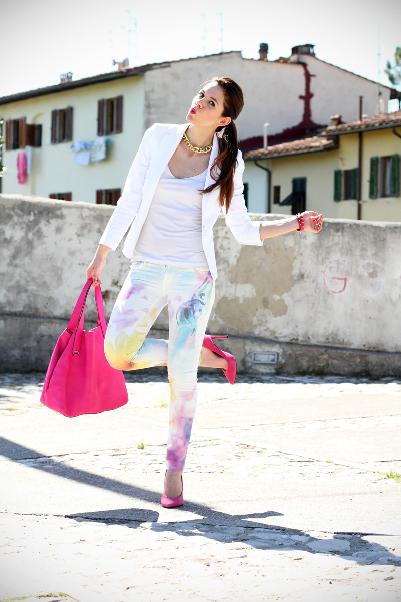 pantaloni pastello | giacca bianca | borsa fucsia | decollete fucsia | scarpe fucsia | scarpe rosa | fashion blog | fashion blogger | salsa jeans 4