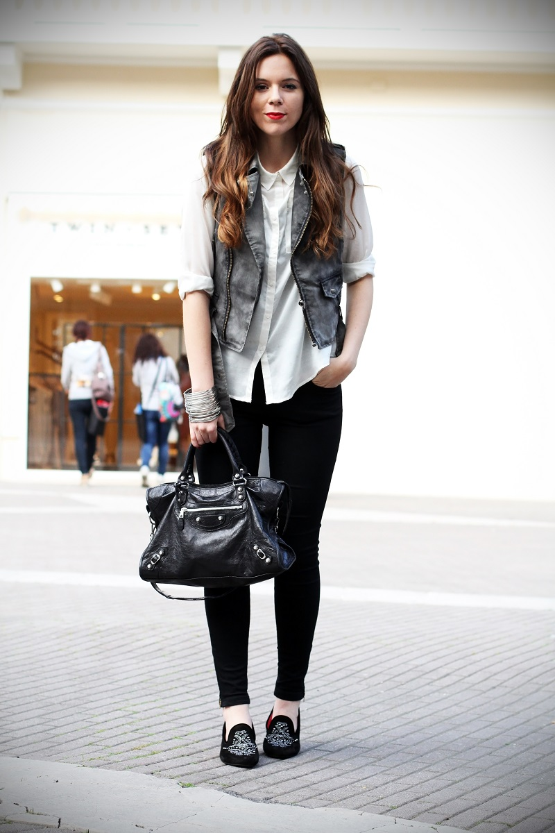 slippers | camicia bianca | gilet denim | pantaloni neri | leggings | skinny | fashion blogger | outfit | look | streetstyle 2