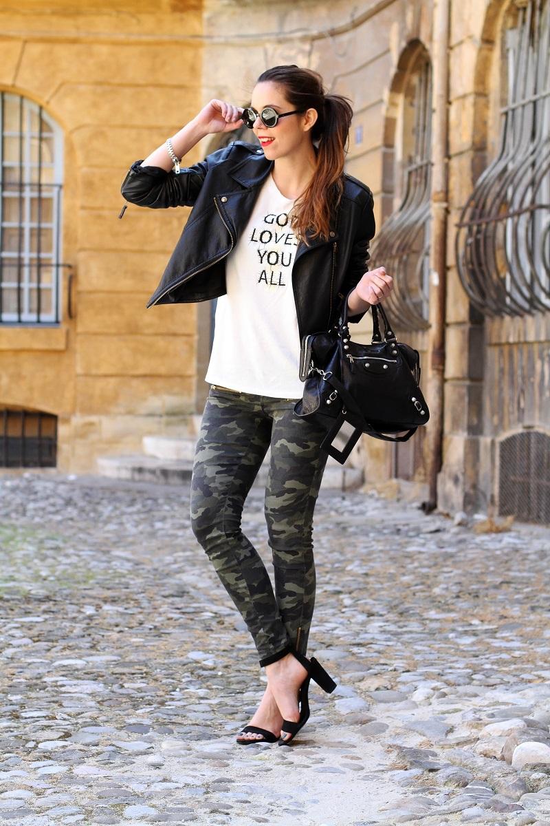 moda | fashion | outfit | look | giacca di pelle | chiodo di pelle | pantaloni militari | sandali zara | scarpe zara | balenciaga | borsa balenciaga | occhiali da sole rotondi | rossetto rosso | barbara boner