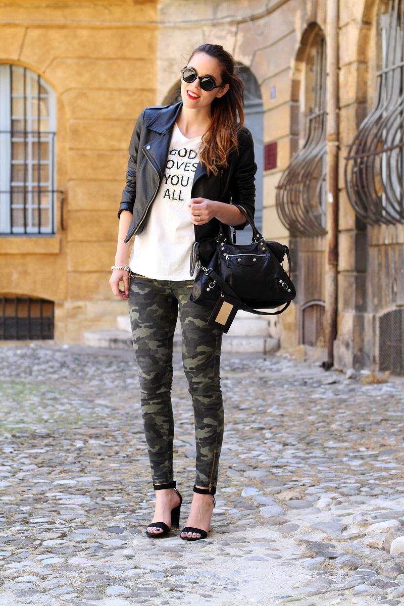 moda | fashion | outfit | look | giacca di pelle | chiodo di pelle | pantaloni militari | sandali zara | scarpe zara | balenciaga | borsa balenciaga | occhiali da sole rotondi | rossetto rosso | barbara boner 2