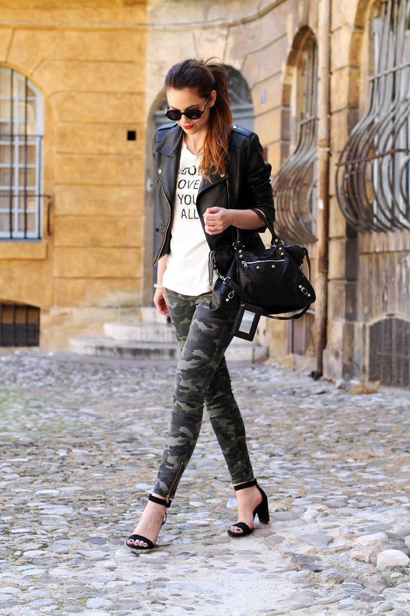 io e te | moda | fashion | outfit | look | giacca di pelle | chiodo di pelle | pantaloni militari | sandali zara | scarpe zara | balenciaga | borsa balenciaga | occhiali da sole rotondi | rossetto rosso | barbara boner