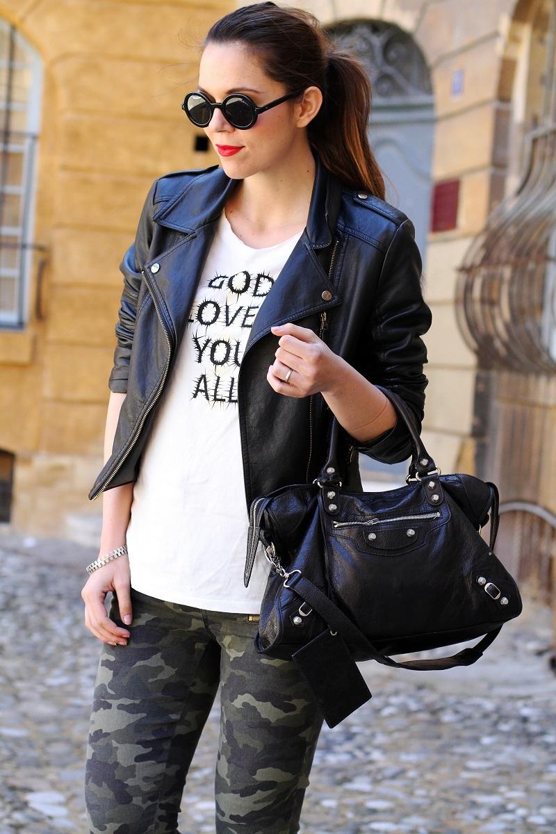 moda | fashion | outfit | look | giacca di pelle | chiodo di pelle | pantaloni militari | balenciaga | borsa balenciaga | occhiali da sole rotondi | rossetto rosso | barbara boner