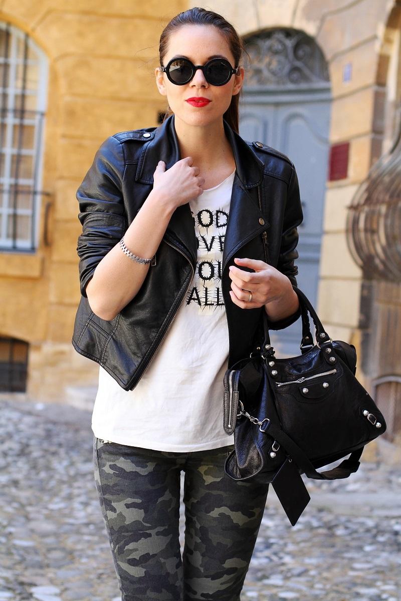 moda | fashion | outfit | look | giacca di pelle | chiodo di pelle | pantaloni militari | balenciaga | borsa balenciaga | occhiali da sole rotondi | rossetto rosso | barbara boner 2