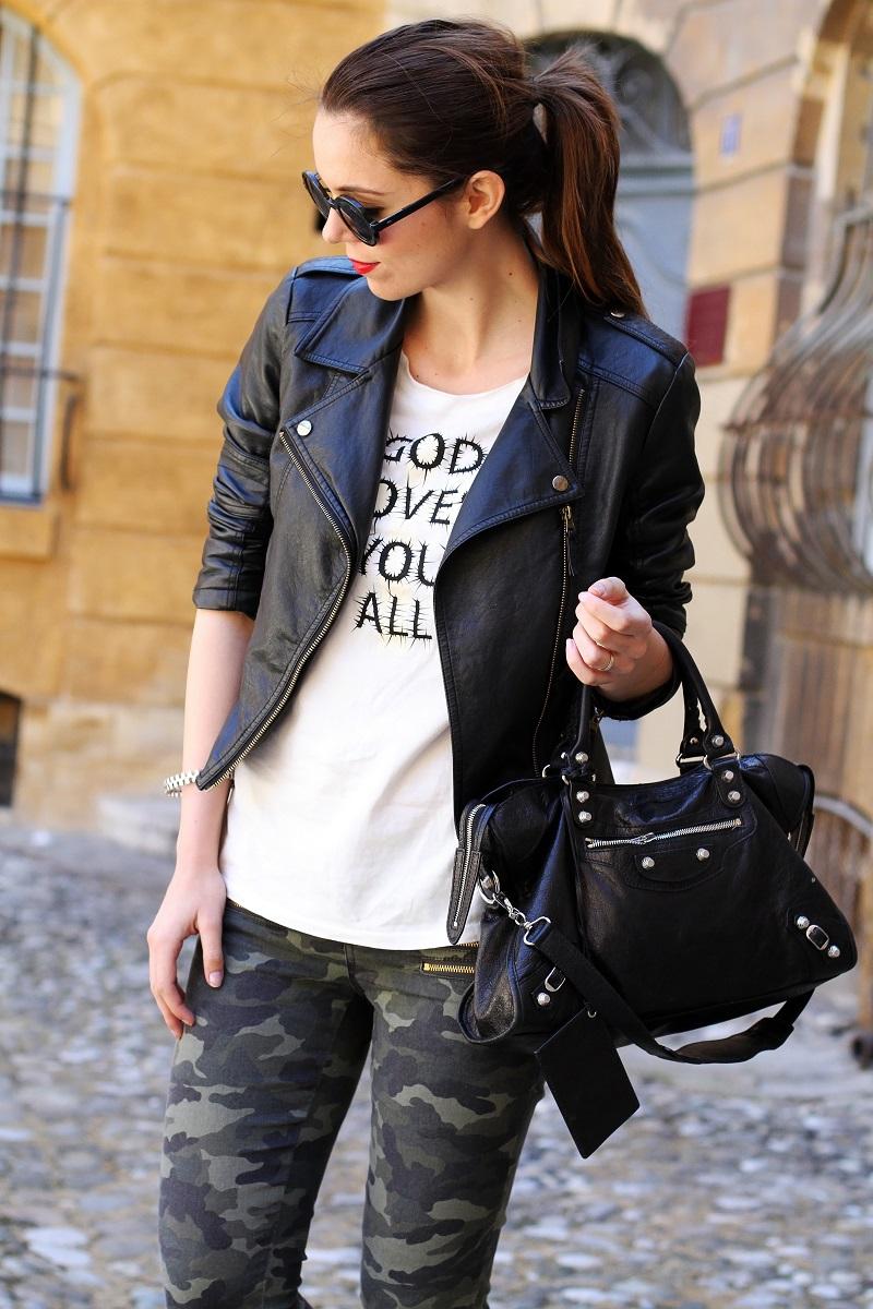 moda | fashion | outfit | look | giacca di pelle | chiodo di pelle | pantaloni militari | balenciaga | borsa balenciaga | occhiali da sole rotondi | rossetto rosso | barbara boner 1