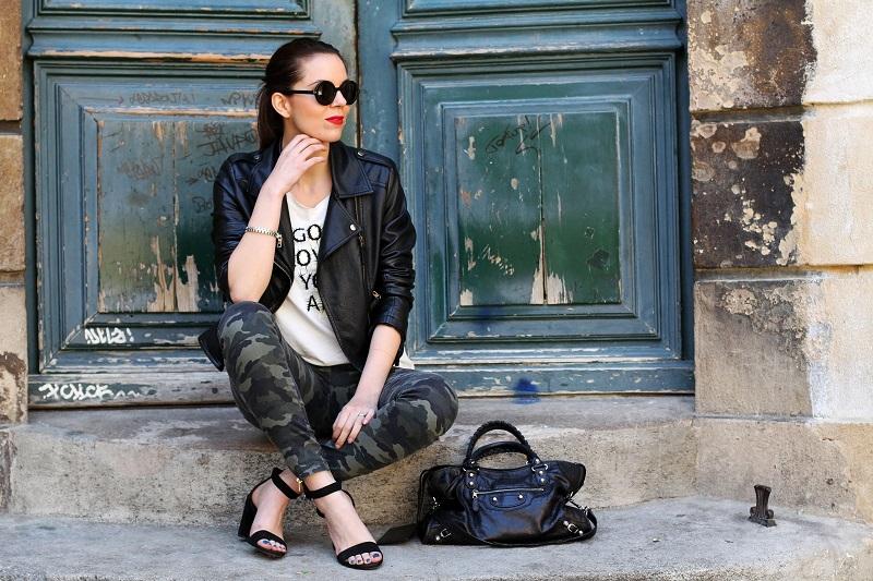 moda | fashion | outfit | look | giacca di pelle | chiodo di pelle | pantaloni militari | sandali zara | scarpe zara | balenciaga | borsa balenciaga | occhiali da sole rotondi | rossetto rosso | barbara boner 1