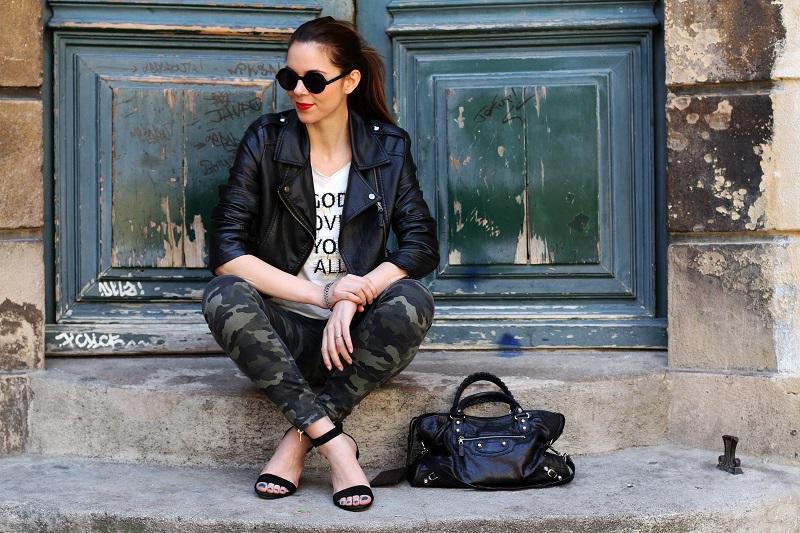 io e te | moda | fashion | outfit | look | giacca di pelle | chiodo di pelle | pantaloni militari | sandali zara | scarpe zara | balenciaga | borsa balenciaga | occhiali da sole rotondi | rossetto rosso | barbara boner 1