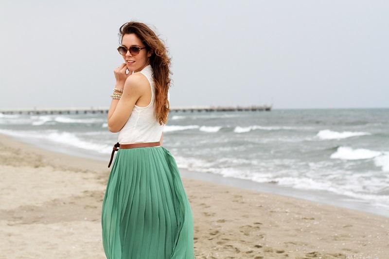 gonna lunga | canottiera bianca | gonna plissettata | gonna plisse | gonna pieghe | outfit | look | forte dei marmi | mare | spiaggia (9)