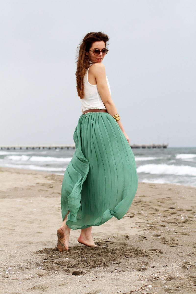 gonna lunga | canottiera bianca | gonna plissettata | gonna plisse | gonna pieghe | outfit | look | forte dei marmi | mare | spiaggia (1)