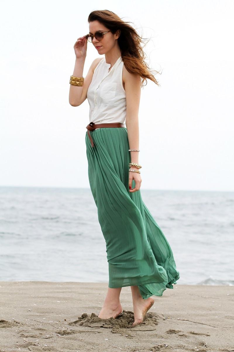 gonna lunga | canottiera bianca | gonna plissettata | gonna plisse | gonna pieghe | outfit | look | forte dei marmi | mare | spiaggia (4)