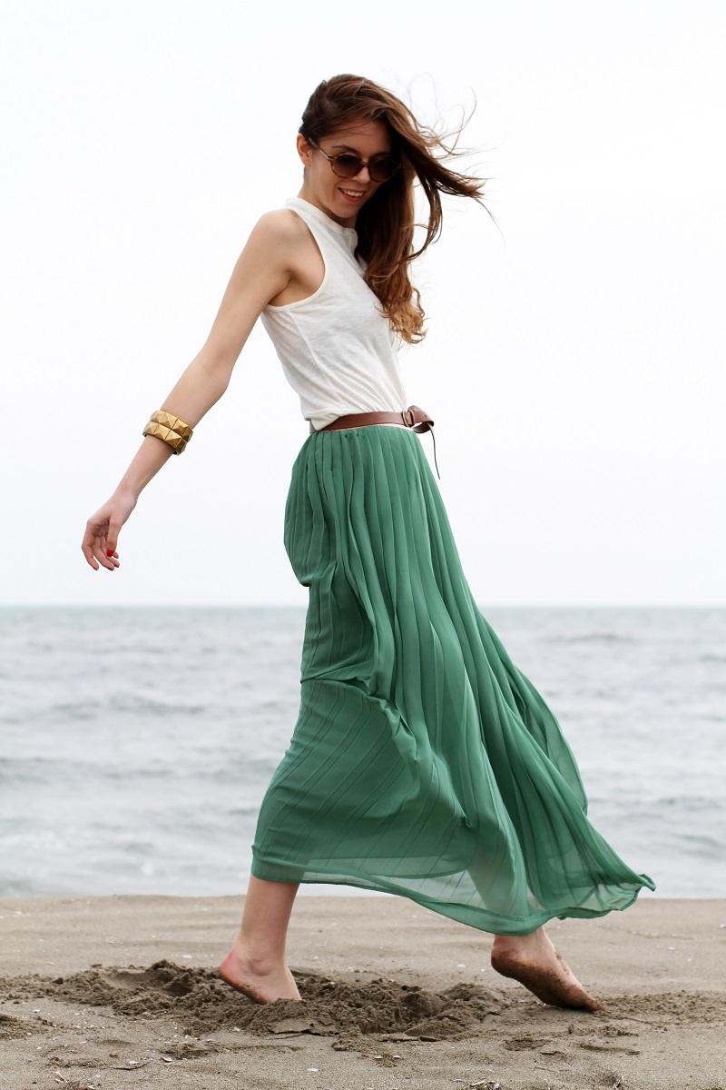 gonna lunga | canottiera bianca | gonna plissettata | gonna plisse | gonna pieghe | outfit | look | forte dei marmi | mare | spiaggia (10)