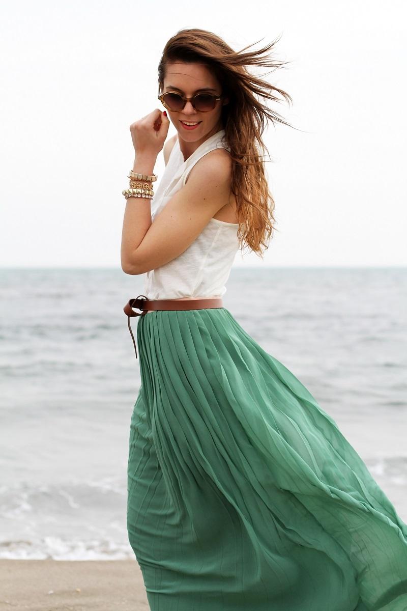 gonna lunga | canottiera bianca | gonna plissettata | gonna plisse | gonna pieghe | outfit | look | forte dei marmi | mare | spiaggia (7)