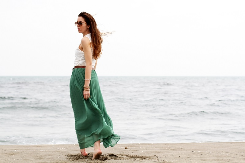 gonna lunga | canottiera bianca | gonna verde | gonna plissettata | gonna plisse | gonna pieghe | outfit | look | forte dei marmi | mare | spiaggia (5)