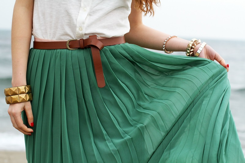 gonna verde | canottiera bianca | gonna plissettata | gonna plisse | gonna pieghe | outfit | look | forte dei marmi | mare | spiaggia (8)
