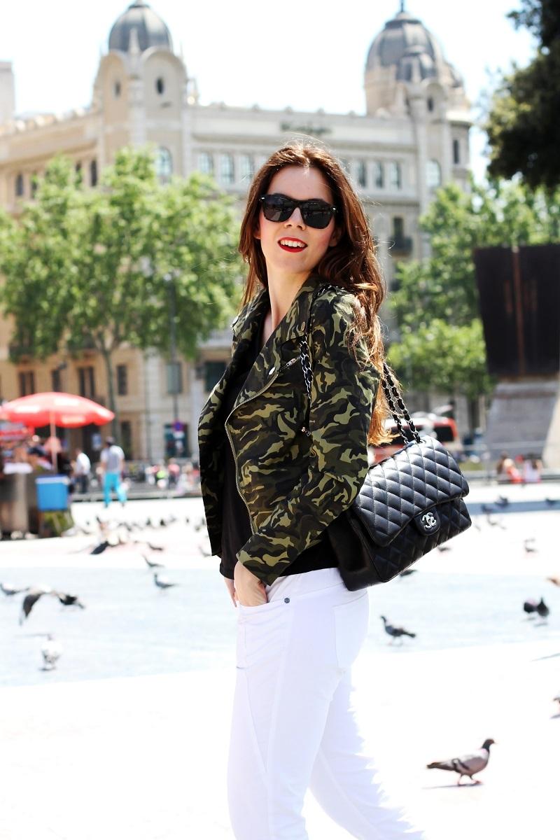 outfit chanel 255 | borsa chanel | chanel 255 look | chanel jumbo look |barcellona | spagna | plaza de espana | giacca militare | militare | camouflage | giacca camouflage | spektre occhiali da sole | rossetto rosso | pantaloni bianchi (7)