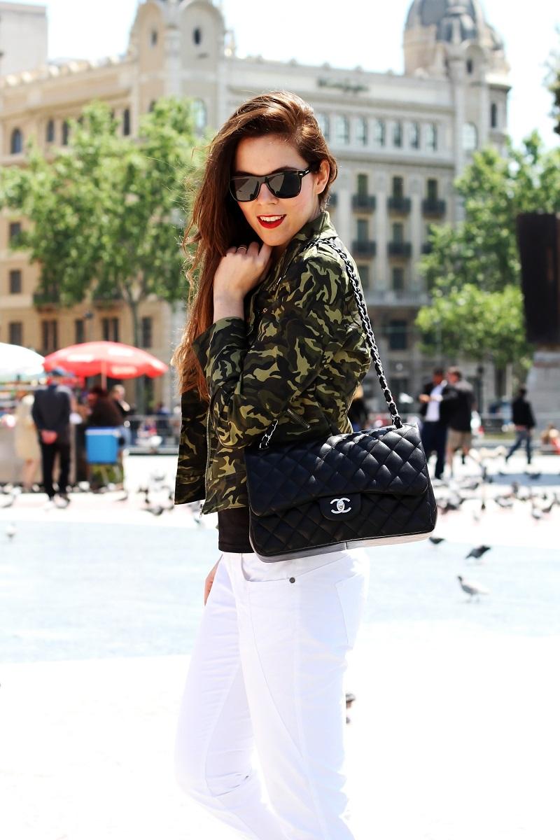 outfit chanel 255 | borsa chanel | chanel 255 look | chanel jumbo look | barcellona | spagna | plaza de espana | giacca militare | militare | camouflage | giacca camouflage | spektre occhiali da sole | rossetto rosso | pantaloni bianchi (1)