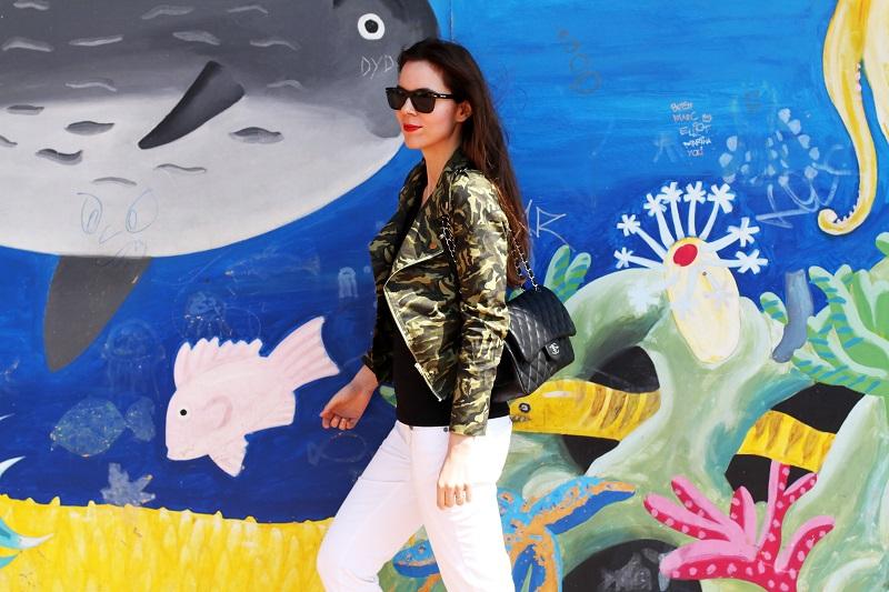 barcellona | spagna | murales | graffiti | giacca militare | militare | camouflage | giacca camouflage | spektre occhiali da sole | rossetto rosso | pantaloni bianchi (4)