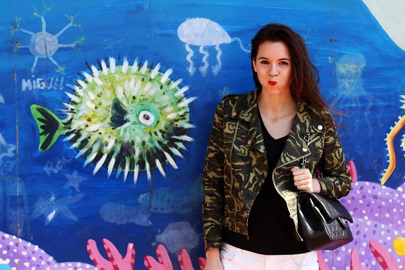 barcellona | spagna | murales | graffiti | giacca militare | militare | camouflage | giacca camouflage | spektre occhiali da sole | rossetto rosso | pantaloni bianchi (3)
