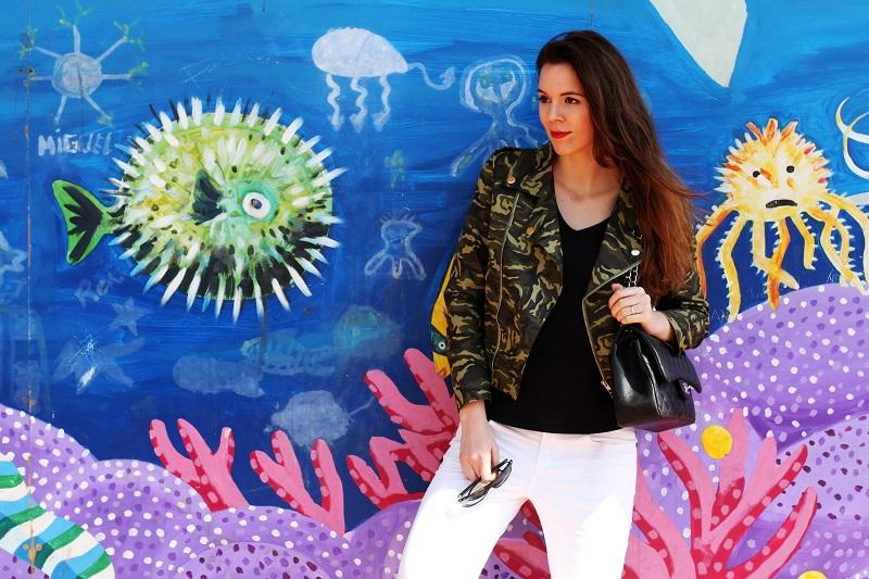 barcellona | spagna | murales | graffiti | giacca militare | militare | camouflage | giacca camouflage | spektre occhiali da sole | rossetto rosso | pantaloni bianchi (2)
