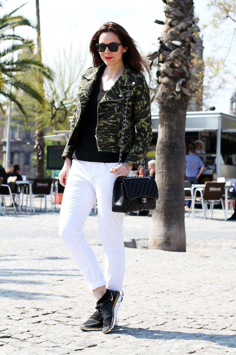 outfit chanel 255 | borsa chanel | chanel 255 look | chanel jumbo look | barcellona | spagna | plaza de espana | giacca militare | militare | camouflage | giacca camouflage | spektre occhiali da sole | rossetto rosso | pantaloni bianchi | nike | nike free run (18)