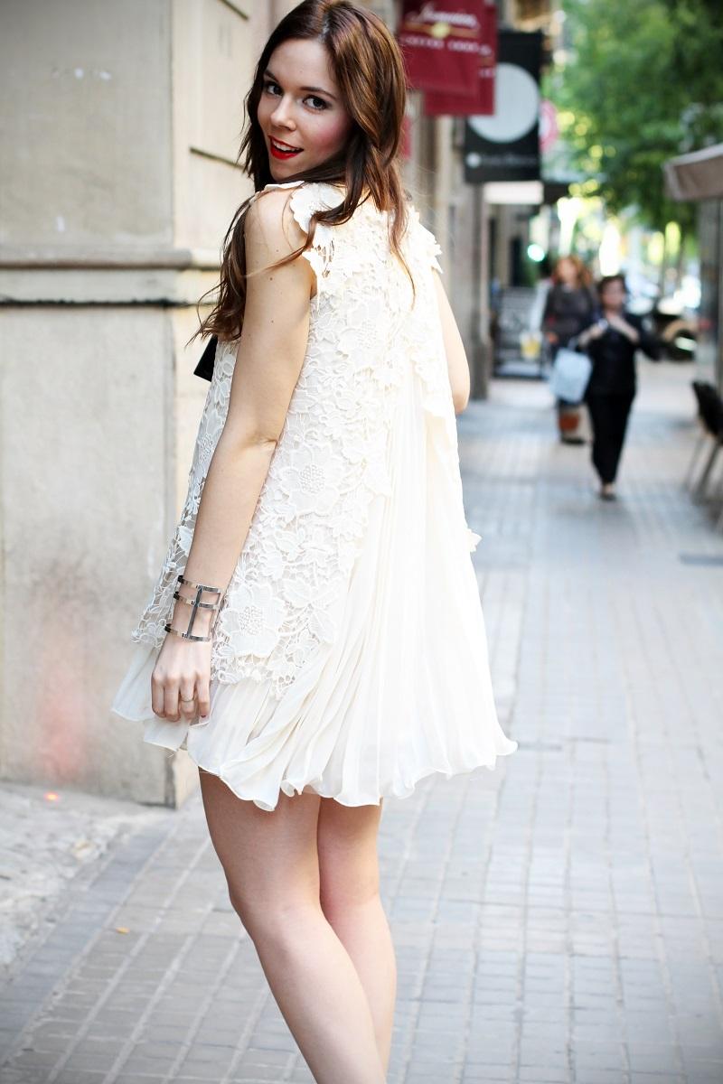 look | look romantico | vestito pizzo bianco | pizzo | vestito pizzo | outfit | outfit romantico | vestito bianco | idee looks | idee outfit | come vestirsi per una sfilata