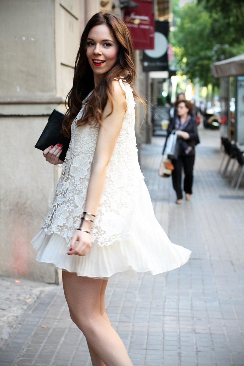 look | look romantico | vestito pizzo bianco | pizzo | vestito pizzo | outfit | outfit romantico | vestito bianco | idee looks | idee outfit | come vestirsi per una sfilata 4