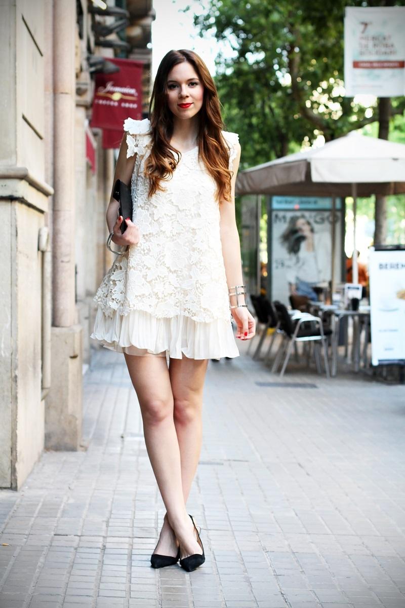look | look romantico | vestito pizzo bianco | pizzo | vestito pizzo | outfit | outfit romantico | vestito bianco | scarpe a punta nere | decollete tipo chanel | chanel | idee looks | idee outfit | come vestirsi per una sfilata 2