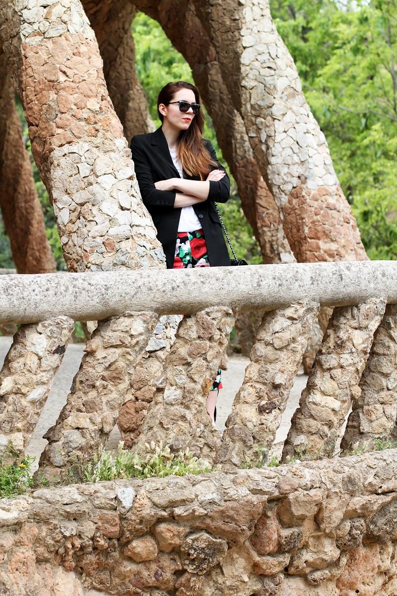 pantaloni fiori | pantaloni floreali | blazer nero | giacca nera | spolverino nero | chanel borsa | chanel 2.55 | chanel jumbo | occhiali da sole neri | maglia bianca | fashion | moda | look | outfit | streetstyle | parc guell | barcellona | colonnato parc guell   2